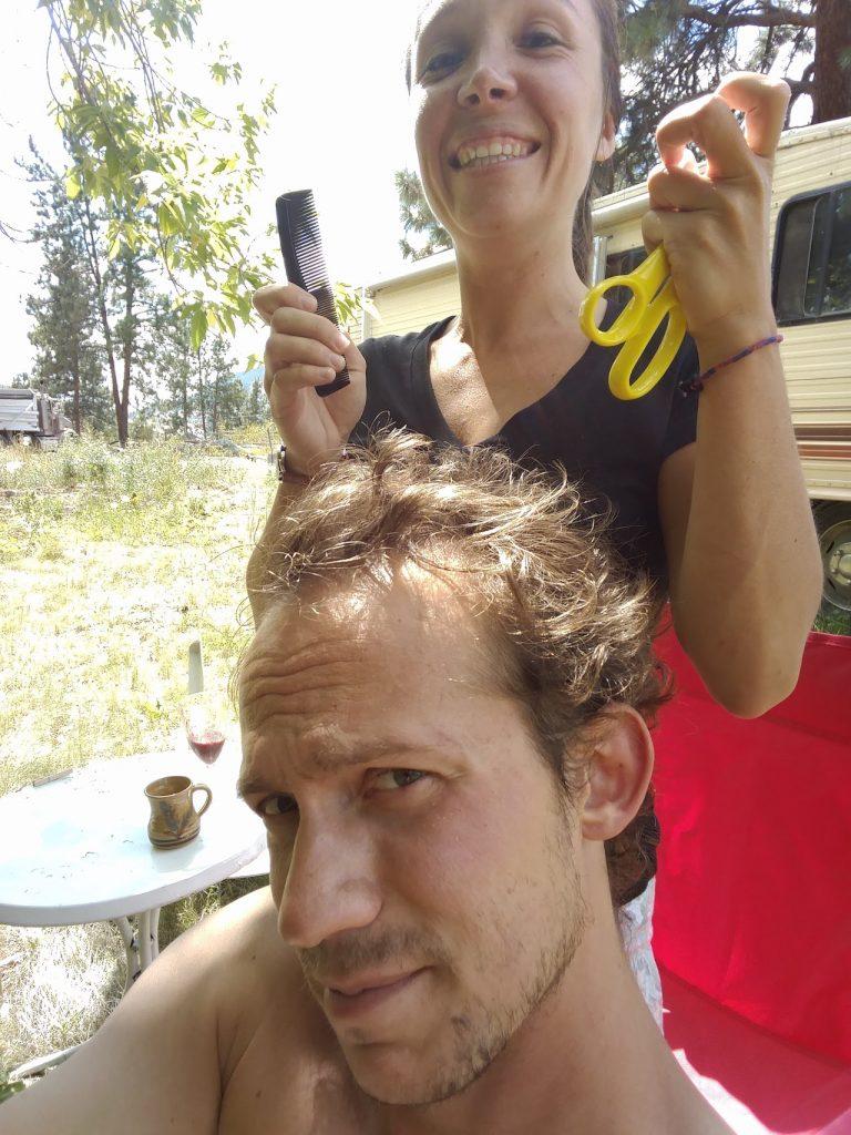 Aurélie coupe le peu de cheveux qu'il reste à Charles
