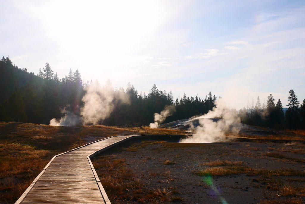 Le sentier traverse les geysers