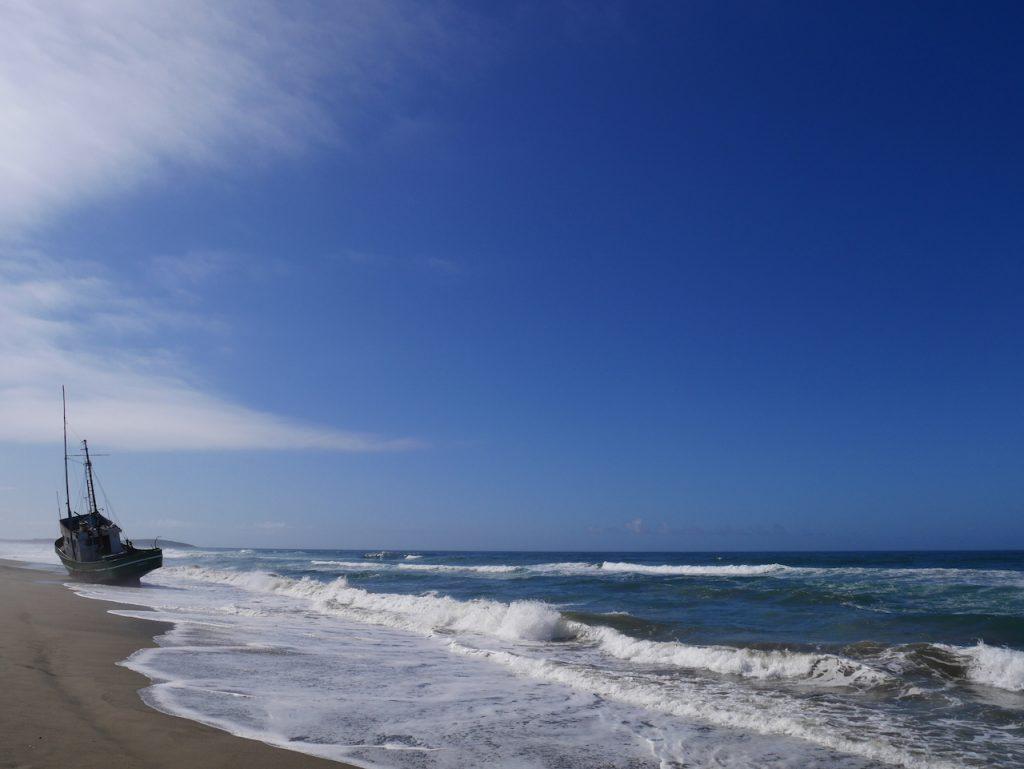 Bateau de pêcheur échoué sur la plage
