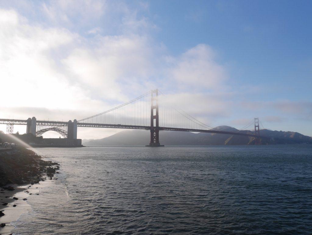 Le brouillard donne un gros style au Golden Gate