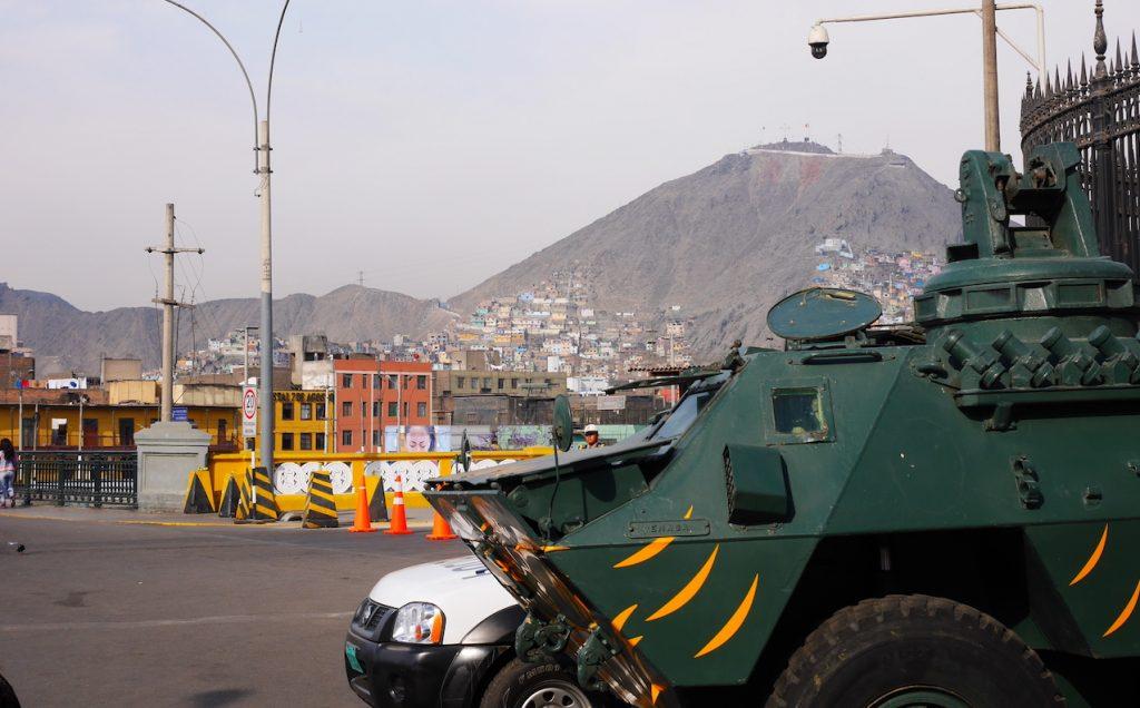Un véhicule blindé surveille le pont entre le centre historique et le bidonville