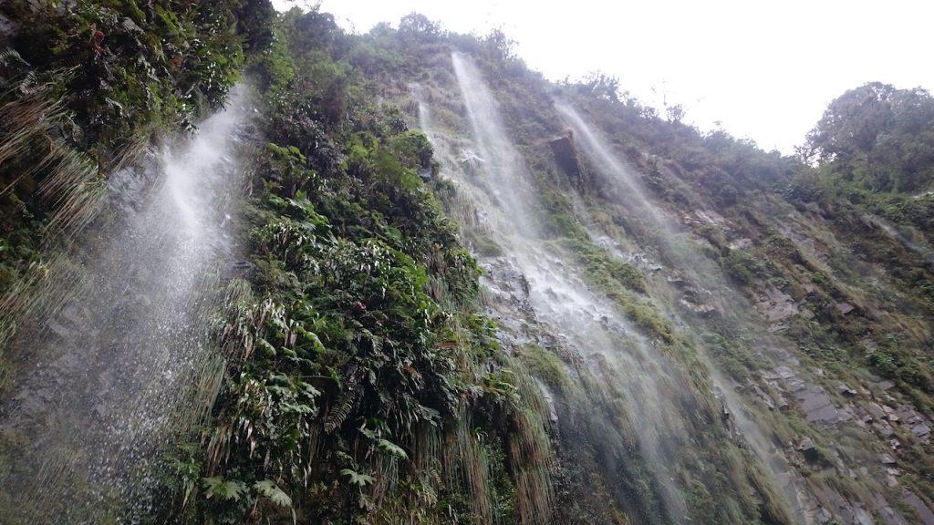 Pendant la descente, on passe sous plusieurs cascades qui se déversent sur la route. Trop stylé !