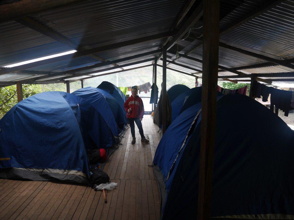 La pluie est tellement violente que nous devons mettre les tentes sous un toit.