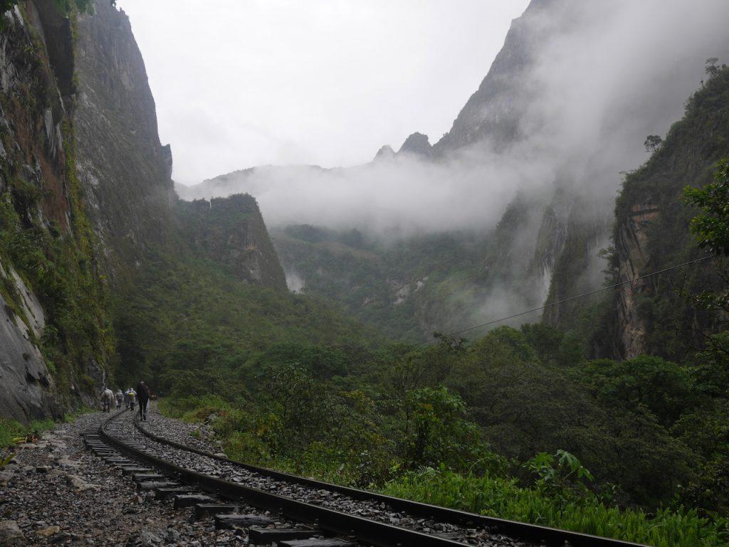 On marche le long des rails dans la vallée du Haut Urubamba