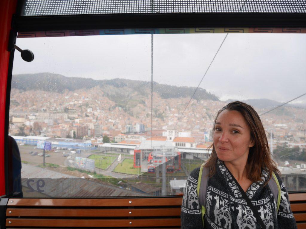 Aurélie kiffe le téléphérique construit par Evo Morales