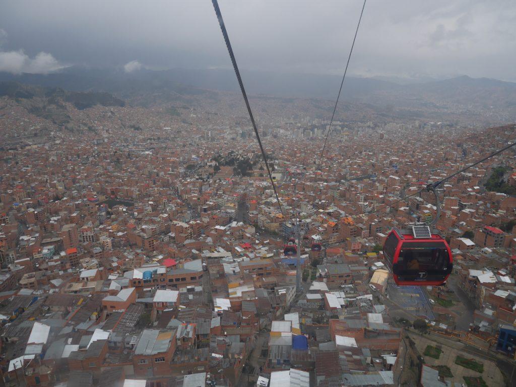 Le téléphérique est une bonne option pour visiter la ville qui s'étale de 3800 à 4200 mètres