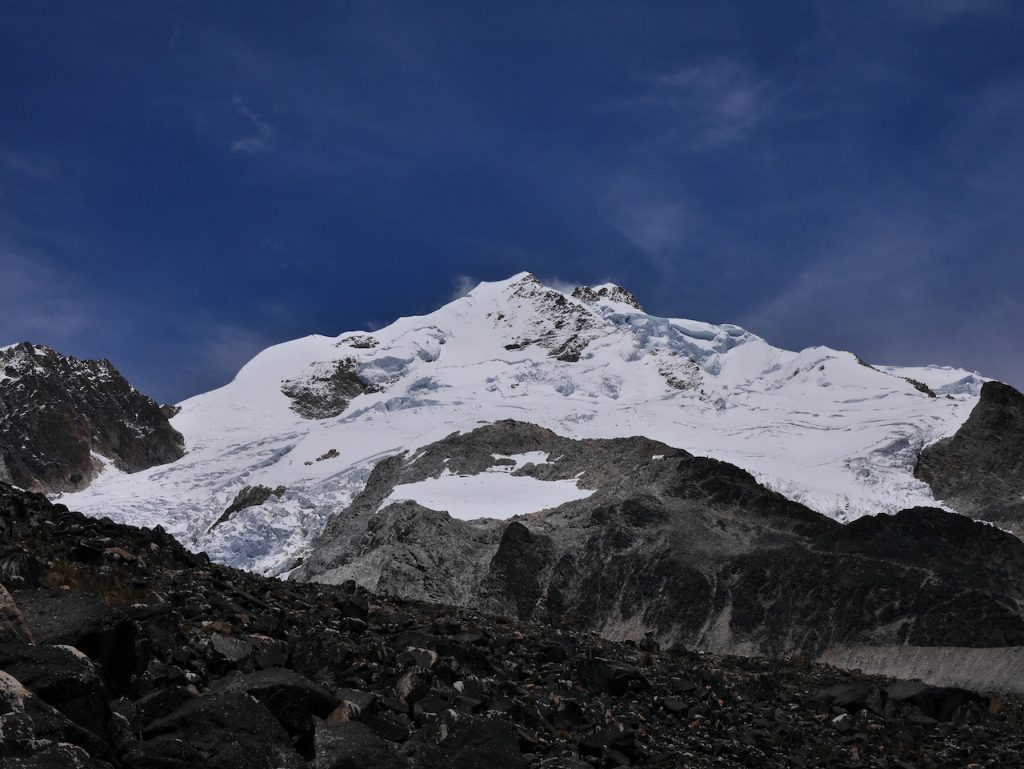 Vue sommet Huayna Potosi depuis le glacier bas